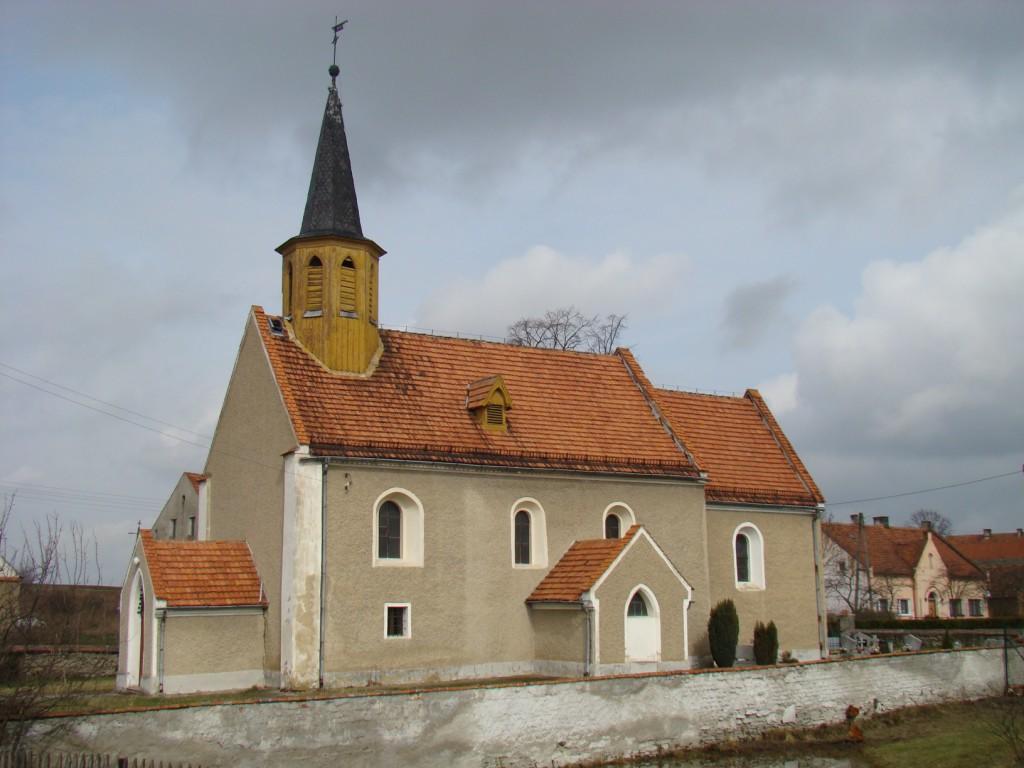 kościół we wsi Ujów