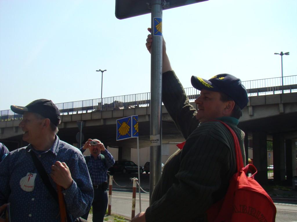 Helmut Starosta z Dobrzeńskiego GOKu znakuje szlak.