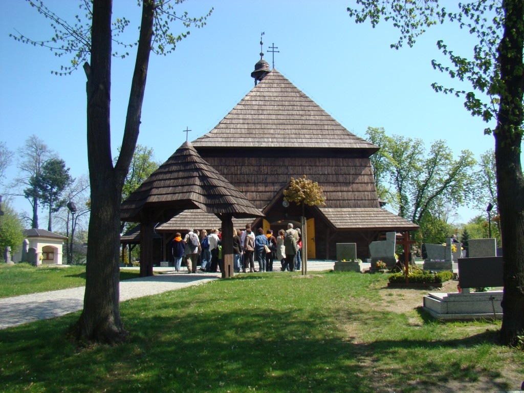 przed kościołem w Czarnowąsach