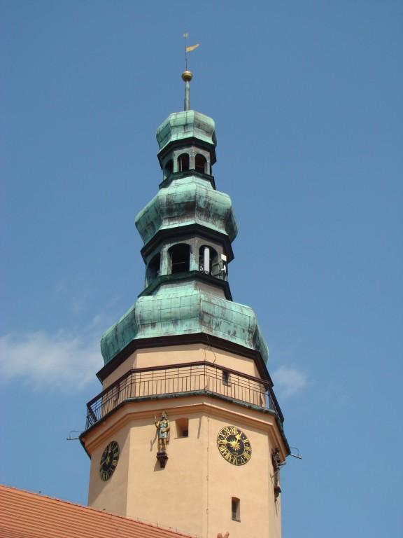 wieża ratusza w Oławie, po prawej stronie widoczna śmierć...