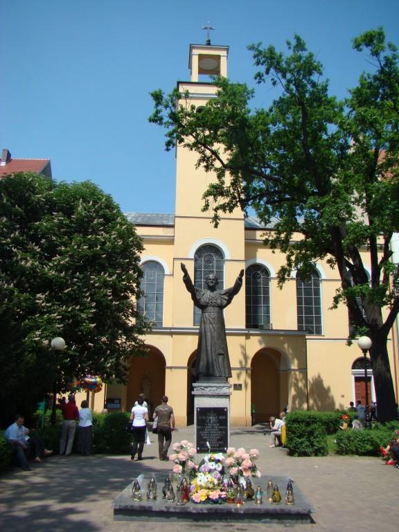 jeden z dwóch identycznych pomników Papieża w Oławie