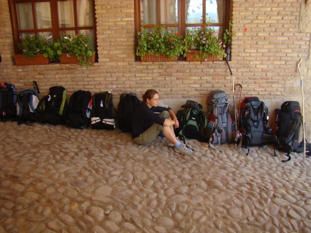 plecaki czekają na otwarcie schroniska