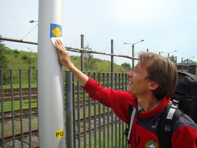 Emil tradycyjnie doznakowuje szlak