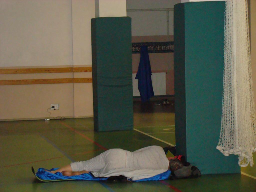 Andrzej podparł głową filar i zasnął