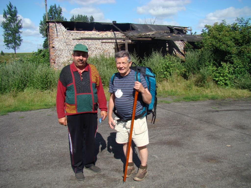 Andrzej z Panem Zenkiem (w tle dawna kuźnia)