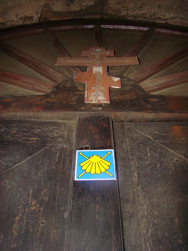 muszelka szlaku św.Jakuba na drzwiach cerkwii